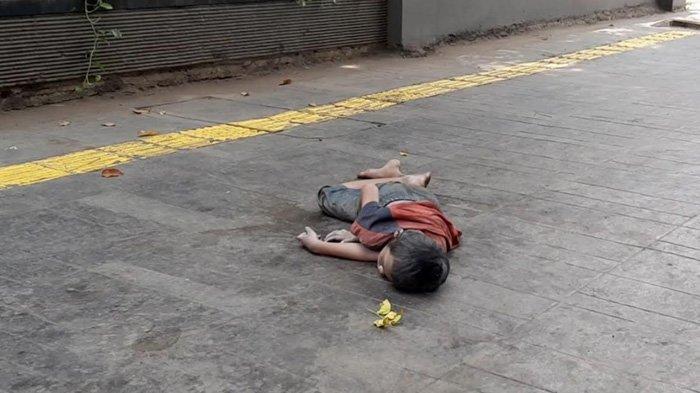 Seorang Anak Kecil Tiduran di Trotoar Jalan Cikini Raya, Ini Ceritanya