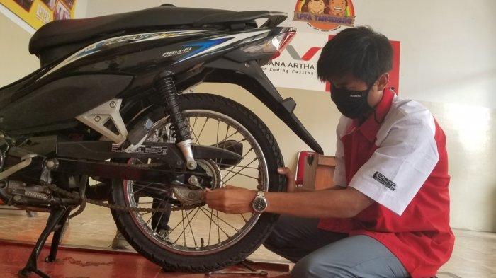 SP (18) seorang napiter remaja yang belajar ilmu sebagai mekanik di Lapas Pembinaan Khusus Anak (LPKA) Kelas I Tangerang, Senin (7/9/2020).