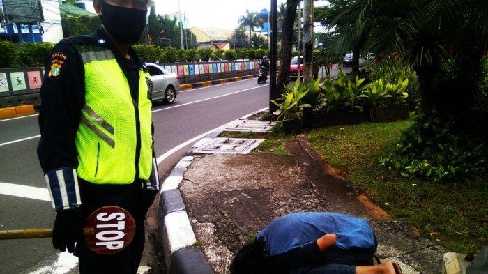 Beri Pertolongan, Polisi Ajak Makan Pria yang Tergeletak di Depan Gandaria City Jakarta Selatan