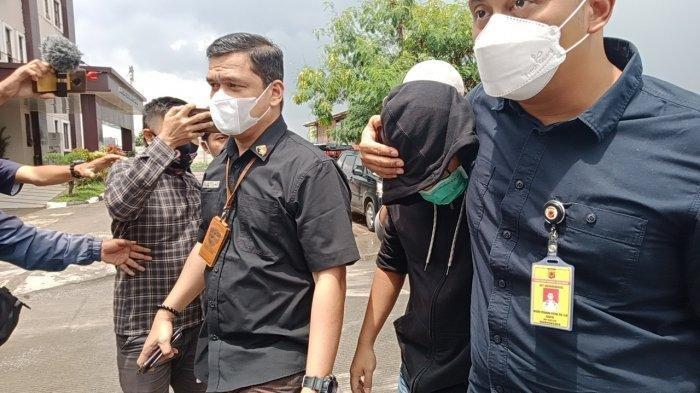 Seorang pria dibawa ke Ditreskrimsus Polda Jabar, pada Jumat (18/12/2020) terkait dugaan prostitusi artis dan juga model majalah dewasa TA yang diamankan di salah satu hotel di Kota Bandung pada Kamis (17/12/2020) petang.