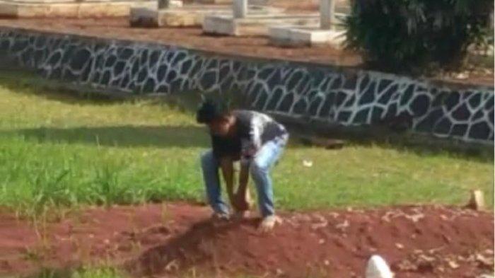Viral remaja laki-laki injak dan nyaris cabut nisan makam pahlawan