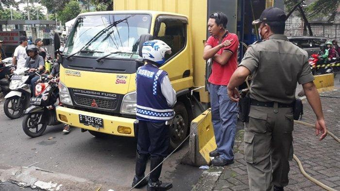 VIDEO Petugas Dishub Derek Mobil, Tilang Truk, Hingga Gembosi Ban Motor