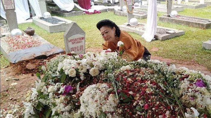 Wanita Ini Meneteskan Air Mata Hingga Menempelkan Wajah di Makam Ani Yudhoyono