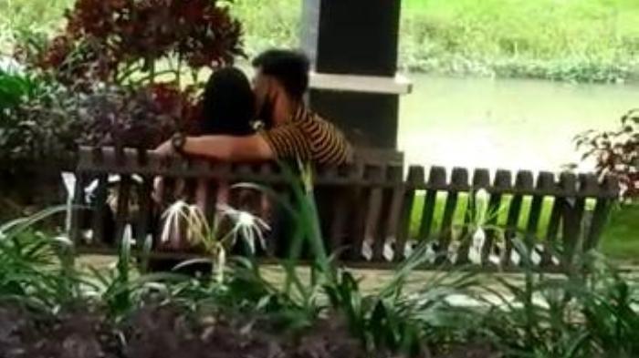 Siang Bolong, Sepasang Kekasih Berciuman di Taman Pinggir Kali, Viral di Media Sosial