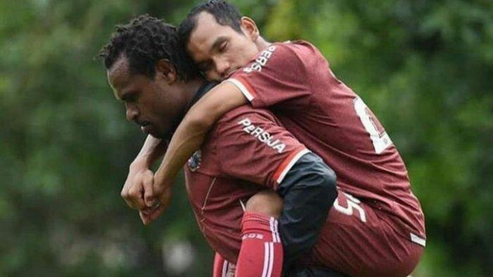 Septinus Alua sedang menggendong Riko Simanjuntak di latihan saat masih memperkuat Persija Jakarta.
