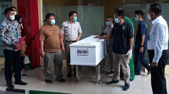 Proses penyerahan jenazah narapidana korban tewas kebakaran Lapas Kelas 1 Tangerang di RS Polri Kramat Jati, Jakarta Timur, Rabu (15/9/2021).