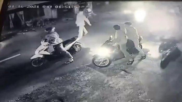 Geng Motor Bersenjata Tajam Serang Permukiman Warga Ciracas, Ambil Handpone dan Merusak Gerobak PKL