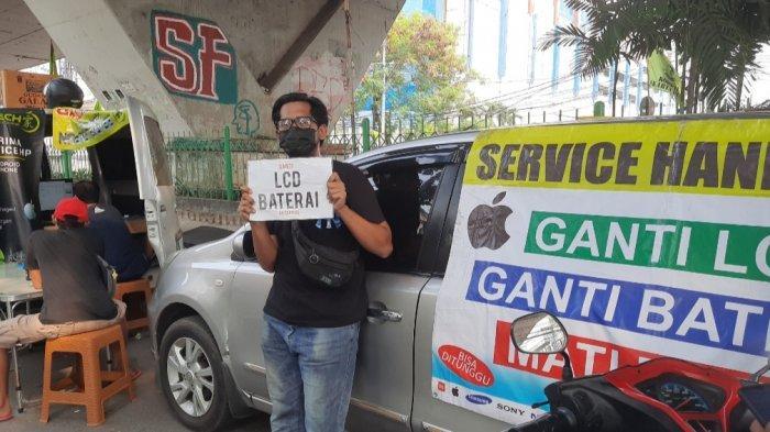 Para teknisi service handphone yang biasanya menjajakan jasanya di ITC Roxy mas, kini terpaksa turun ke jalan demi memenuhi segala kebutuhan selama penerapan PPKM Level 4 di DKI Jakarta.