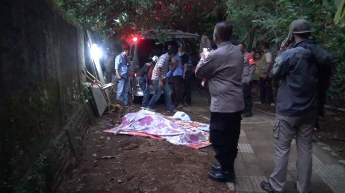 Sesosok mayat perempuan tanpa identitas ditemukan mengambang di Kali Ciliwung di Jalan Haji Shibi, Srengseng Sawah, Jagakarsa, Jakarta Selatan, Rabu (15/9/2021)