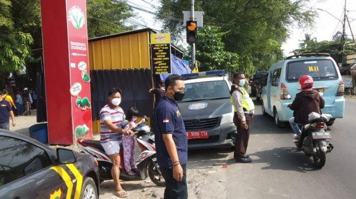Wisata Situ Cipondoh ditutup sementara oleh Pemerintah Kota Tangerang karena sempat ramai dan pengunjung membludak, Minggu (16/5/2021).