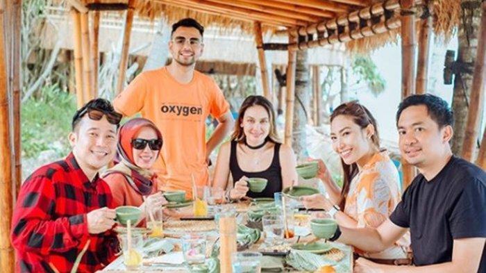 Keluarga Raffi Ahmad bersama Luna Maya, Ayu Dewi dan Denny Cagur di Sumba