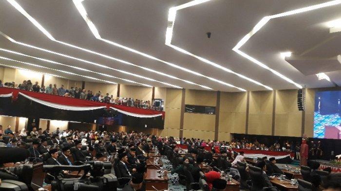 Resmi Dilantik, Begini Ekspresi Tina Toon Duduk Pertama Kali di Kursi Anggota DPRD DKI Jakarta