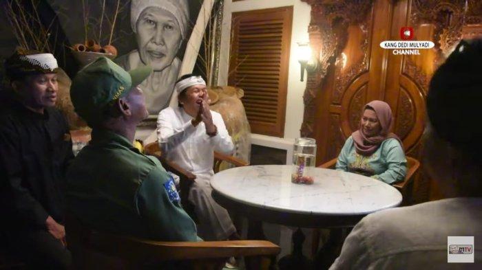 Momen lamaran hansip Sabel dengan Yani yang turut disaksikan Kang Dedi Mulyadi.