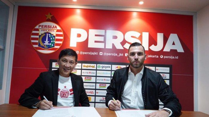 Marko Simic bersama CEO Persija Jakarta, Ferry Paulus berfoto bersama saat menandatangani kontrak di Kantor Persija, Jakarta Selatan, Rabu (18/12/2019) malam WIB