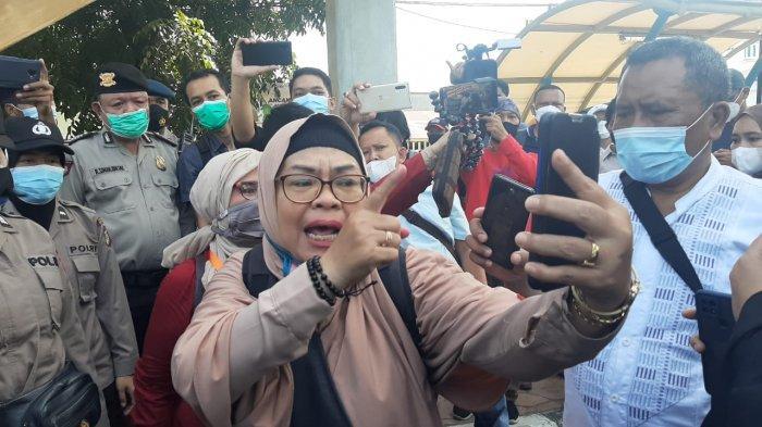 BREAKING NEWS Simpatisan Rizieq Shihab Adu Mulut dan Saling Dorong dengan Polwan di PN Jakarta Timur