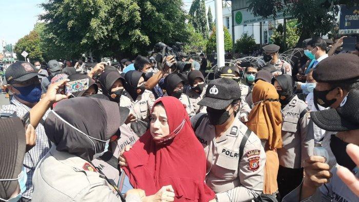 Simpatisan Rizieq Shihab terlibat aksi adu mulut dan saling dorong dengan jajaran kepolisian termasuk dengan Polwan di depan PN Jakarta Timur, Selasa (23/3/2021).