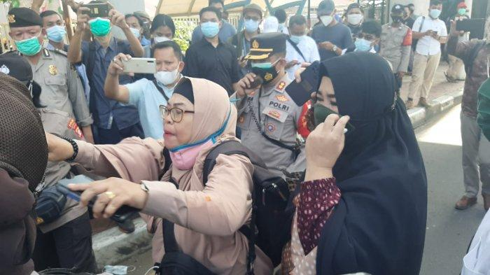 Sempat Memanas Saling Dorong, Mobil Komando Aparat Kepolisian Putar Asmaul Husna Cairkan Suasana