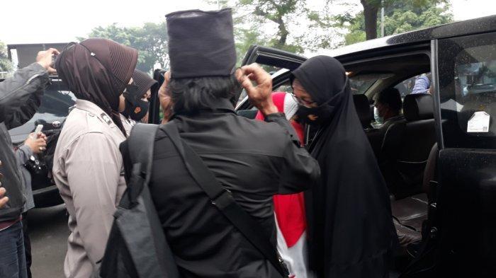 Polrestro Jakarta Timur saat mengamankan simpatisan Rizieq Shihab di depan Pengadilan Negeri Jakarta Timur, Kamis (24/6/2021).