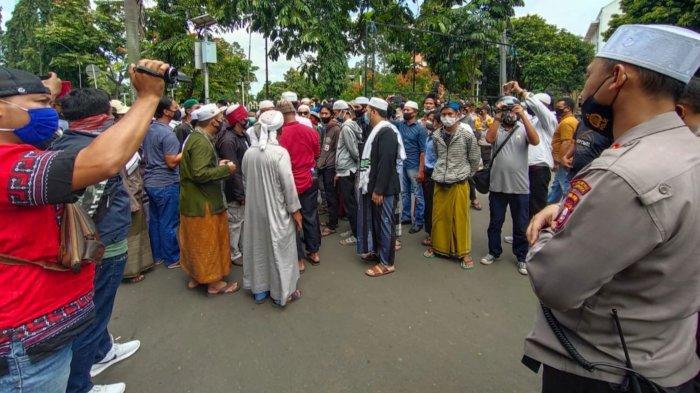 Ribuan simpatisan Habib Rizieq Shihab (HRS), memadati gedung MUI Kota Tangerang bertujuan untuk menyampaikan aspirasi kepada Kapolres Metro Tangerang Kota Kombes Pol Sugeng Hariyanto untuk membebaskan HRS, Rabu (16/12/2020).