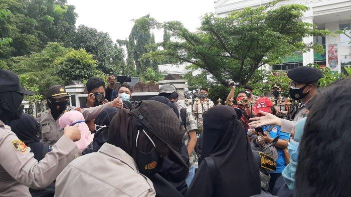 Usai Sidang Rizieq Shihab, Pria Bawa Pedang Datangi Pengadilan Negeri Jakarta Timur