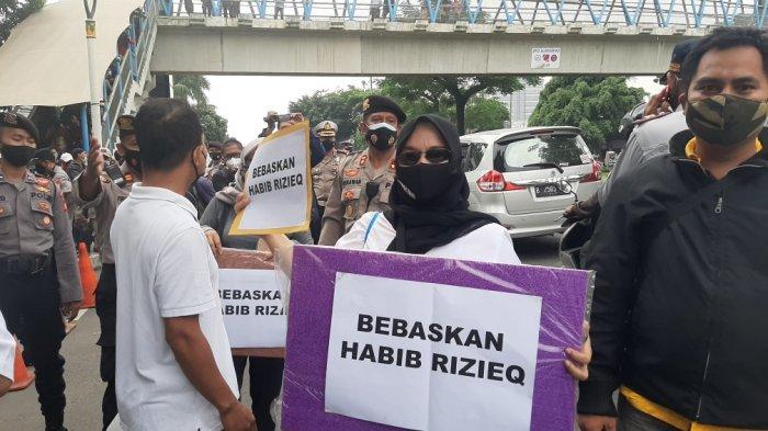 Pilih Bertahan Di PN Jaktim, Simpatisan Rizieq Shihab Sebut Panggilan Hati
