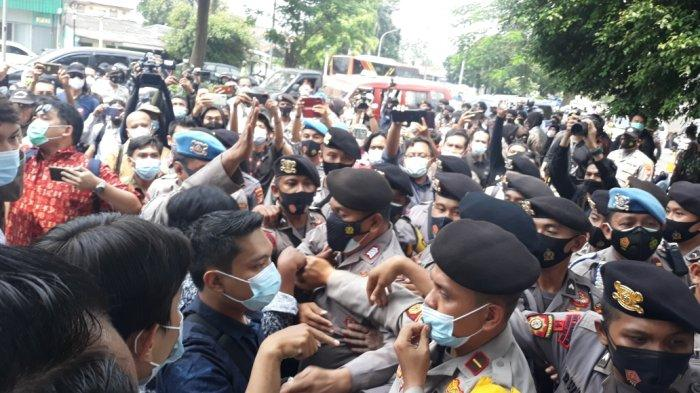 BREAKING NEWS - Sidang Rizieq Shihab Ricuh, Simpatisan & Tim Kuasa Hukum Saling Dorong dengan Aparat