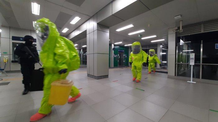 Simulasi penanganan ancaman bom dan terorisme di Stasiun MRT Lebak Bulus, Kebayoran Lama, Jakarta Selatan, Rabu (16/12/2020) malam.