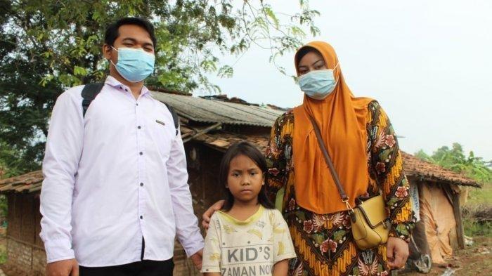 Sinta Murni, bocah perempuan berusia sekitar 7 tahun yang tinggal di rumah gubuk dan merawat ibunya yang ODGJ di Desa/Kecamatan Kroya, Kabupaten Indramayu, bersama pihak Lembaga Perlindungan Anak Indonesia, Rabu (23/6/2021).