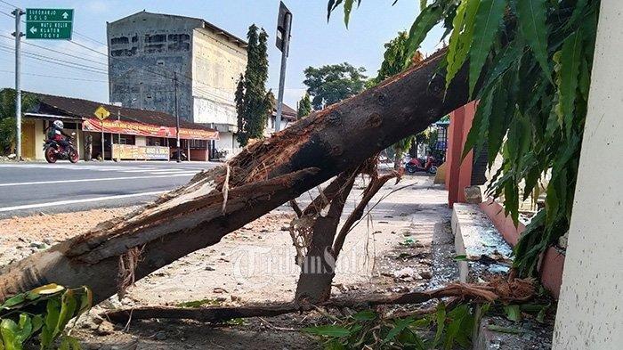 Sisa-sisa kaca tabrakan Honda City vs truk di Jalan Raya Wonogiri-Sukoharjo, Kecamatan Selogiri, Kamis (10/6/2021) pagi.