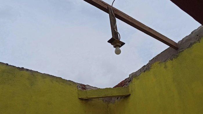Saat Hujan Jumat Dini Hari, Angin Puting Beliung Terjang Permukiman Warga Kampung Sawah