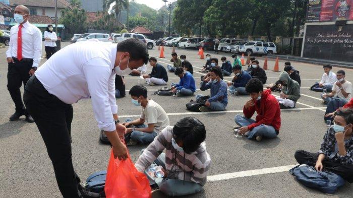 70 siswa asal Jakarta dan Kota Tangerang yang berniat tawuran seusai Pembelajaran Tatap Muka hari pertama di DKI Jakarta, Selasa (31/8/2021).