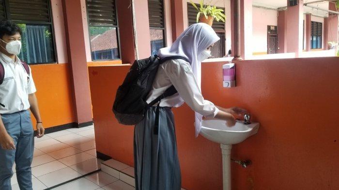 Para siswa di SMAN 1 Tangerang yang mencuci tangannya sebelum memasuki kelas saat pembelajaran tatap muka (PTM) di tengah pandemi Covid-19, Senin (6/9/2021).