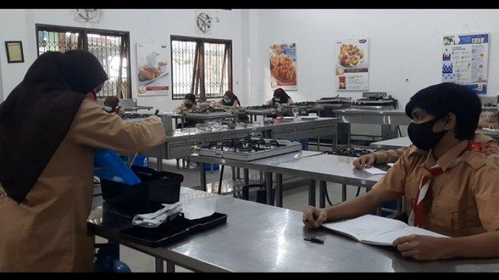 SMKN 32 Jakarta Ujicoba Belajar Tatap Muka, Ruang Kelas Dibatasi Hanya 12 Orang