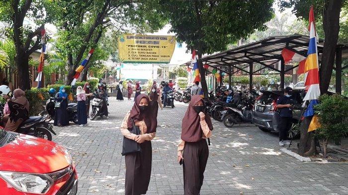Siswa SMP Negeri 2 Kota Bekasi mengikuti PTM Terbatas, Rabu (1/9/2021).