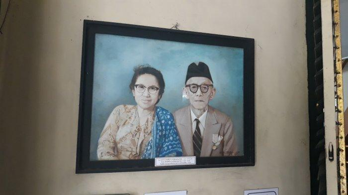 Lukisan wajah Sitti Zahra Goenawan dan suami, Romo Raden Goenawan pada Senin (19/4/2021). Sitti merupakan pelopor berdirinya Rumah Piatu Muslimin.
