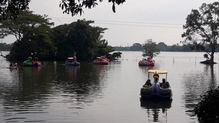 Keadaan lalu lintas di depan Situ Cipondoh yang macet karena warga yang membludak ingin liburan, Sabtu (15/5/2021).