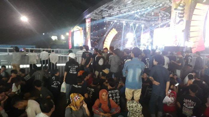 Jelang Konser Slank di Jakarta Fair, Slankers Penuhi Pelataran Panggung