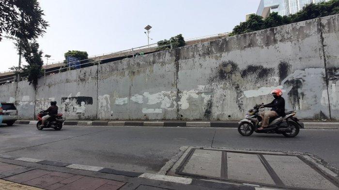 Suasana jembatan layang Slipi, Kecamatan Tanah Abang, Jakarta Pusat, yang menjadi lokasi terjadinya truk lalu menimpa mobil dinas TNI, Minggu (28/3/2021).