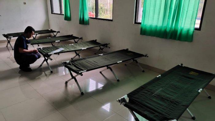 Bed tambahan di SMPN 30 Tangerang yang dijadikan sebagai rumah isolasi terkonsentrasi (RIT) karena RIT Jurumudi Baru, Kecamatan Benda penuh dengan pasien Covid-19, Senin (21/6/2021).