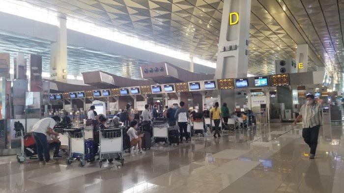 Suasana Terminal 3 Bandara Soekarno-Hatta yang masih dipenuhi penumpang pada hari pertama peniadaan mudik, Kamis (6/5/2021).