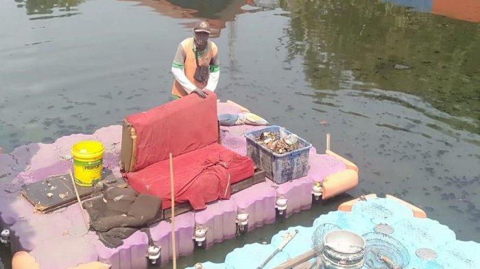 Petugas UPK Badan Air Kewalahan Angkut Sofa dari Kali Pentawira Pademangan