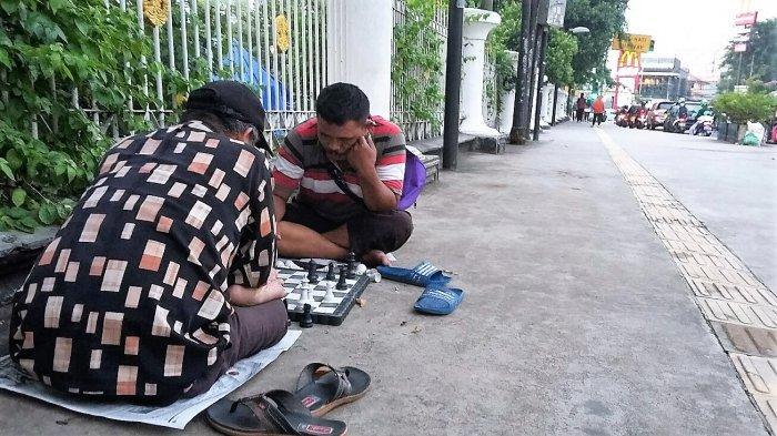 Melihat Serunya Dua Sopir Bajaj Berduel Catur di Trotoar Depan RSCM Jakarta Pusat