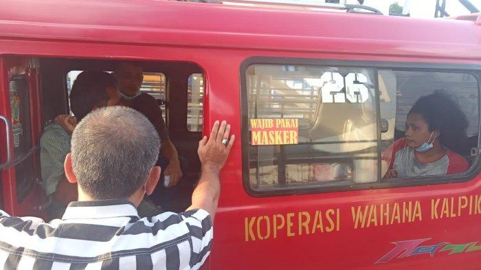Personel Unit Reskrim Polsek Matraman saat meringkus dua sopir angkot pemakai ganja di Terminal Rawamangun, Jakarta Timur, Kamis (16/9/2021)