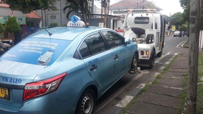 VIDEO Taksi Diderek karena Parkir Sembarangan