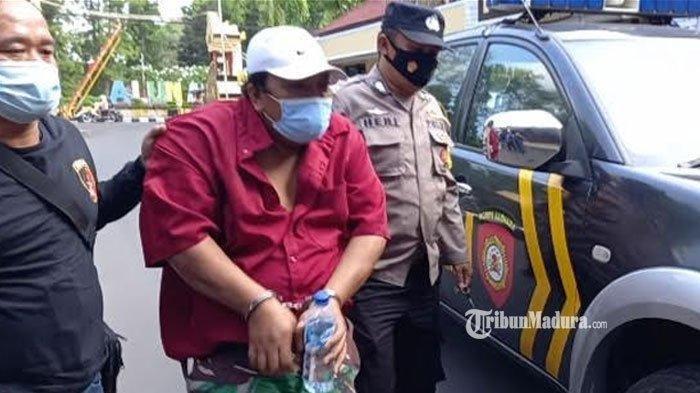 MH (46) warga Dusun Munder, Kecamatan Yosowilangun, pelaku pembacokan, saat digelandang ke Polres Lumajang, Jumat (11/6/2021).