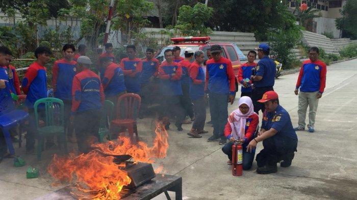 Rawan Kebakaran, Pemadam Sosialisasikan Pencegahan di Permukiman Padat Penduduk Jatinegara