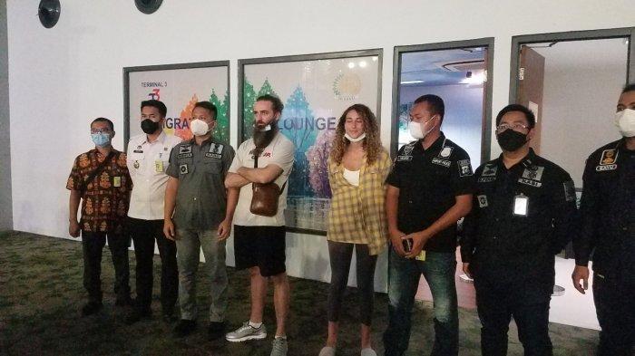 Kejaksaan Negeri (Kejari) Kota Tangerang menyesalkan tindakan deportasi dua Warga Negara Asing (WNA) asal Inggris yang melanggar aturan kekarantinaan