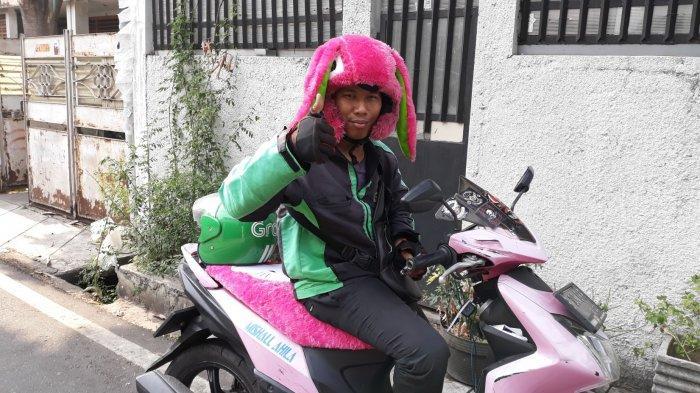 Kisah Driver Ojol di Jakarta Beratribut Serba Pink dan Pakai Helm Boneka Buatan Sang Istri