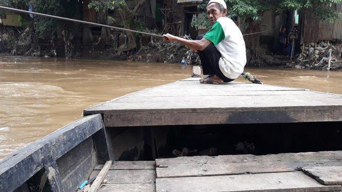 Kisah Rusman 30 Tahun Jadi Penarik Perahu Eretan di Kali Ciliwung: Pernah Dinaiki Ahok