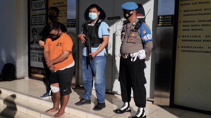 Sosok SA, pelaku pencabulan anak 10 tahun saat ekspos di Mapolres Tangsel, Jalan Raya Promoter, Serpong, Selasa (1/12/2020).
